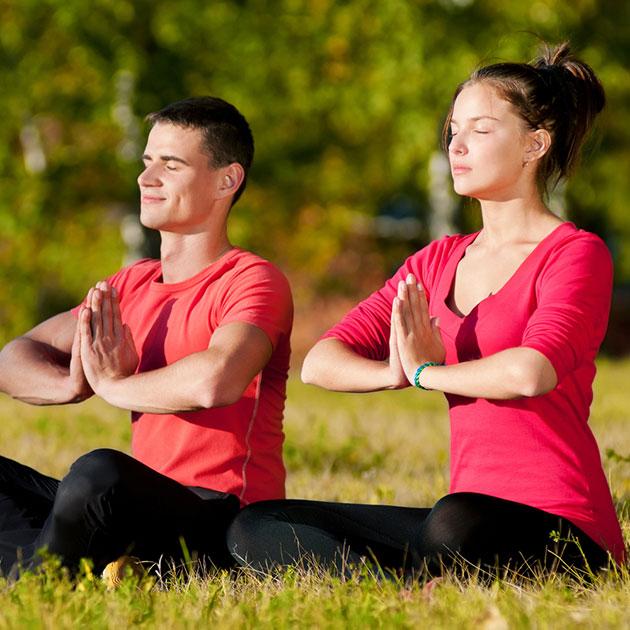 casal-praticando-yoga