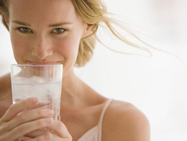 garota-tomando-agua