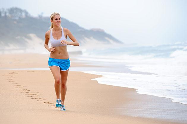 mulher-correndo-areia