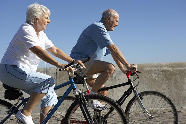 idosos-andando-bicicleta