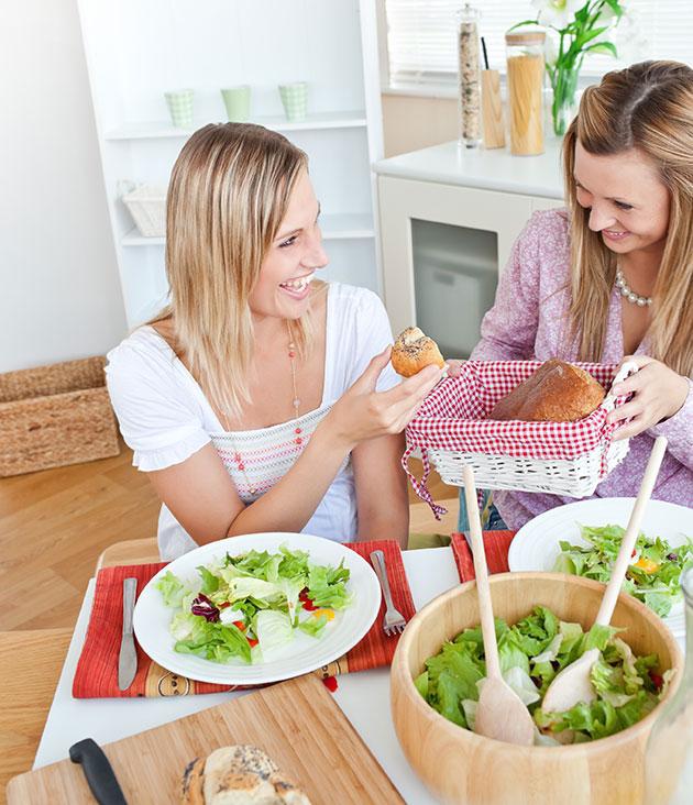 mulheres-comendo-salada