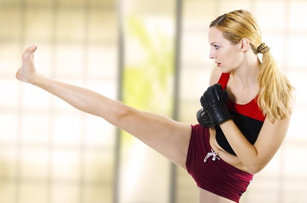 Mulher praticando Muay Thai