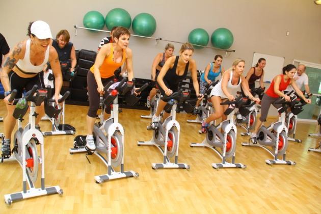Spinning ajuda a definir o corpo e a queimar calorias